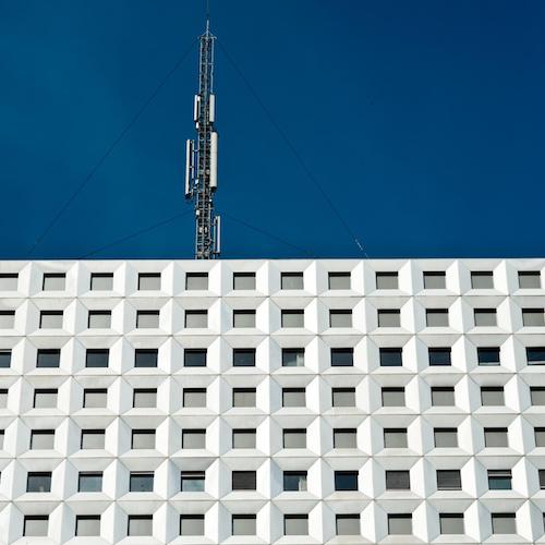 Dans la nuit du 11 au 12 octobre, des amendements dans une loi sur les territoires de montagne ont réduit à rien les dispositifs démocratiques mis en place par la loi Abeille sur l'implantation des antennes-relais.