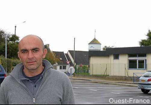 Jean-Philippe Antoine, devant l'école Joseph-Signor, dominée par le château d'eau et ses antennes-relais.