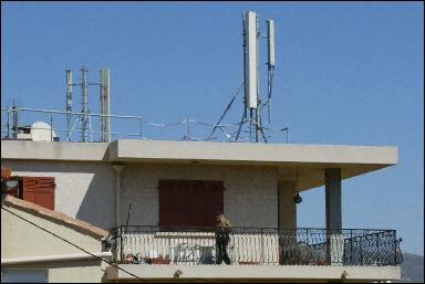 Gerard Julien AFP/Archives ¦ Une antenne-relais de téléphonie mobile installée sur le toit d'un immeuble à Marseille