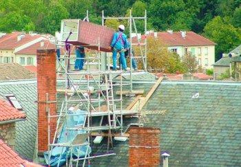 L'antenne-relais Orange, sur le toit de l'immeuble du 23, place de la Liberté, est dissimulée dans une fausse cheminée. Photo DDM.