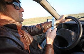 Si l'usage du téléphone portable en conduisant est interdite, il semble autant nocif à l'arrêt. (Maxppp)