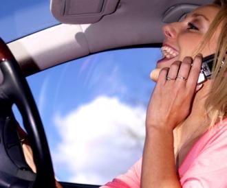 'Le danger du téléphone en voiture' - Auto Plus -  Le JDD.fr - NouvelObs.com - i>Télé - Europe 1 - 21/10/2008