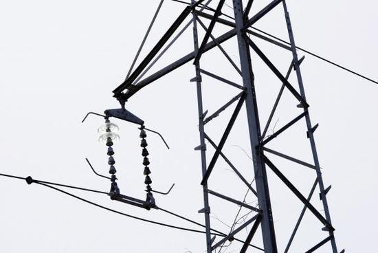 L'isolateur d'un pylône supportant une ligne électrique à haute tension d'EDF.