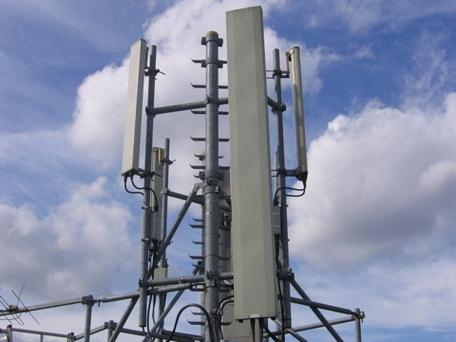 Une antenne-relais GSM sur un toit à Paris (crédit : Wikimedia Commons)