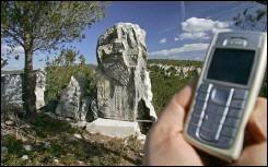 Un faux rocher dissimule des antennes-relais d'un opérateur de téléphonie mobile sur la commune de Cassis, le 9 février 2006/Gérard Julien AFP/Archives