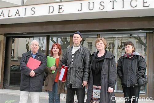 Jean-Jacques Villemot (milieu), accompagné d'amies électrosensibles et de Marc Cendrier, de l'association Robin des toits. Ici, au sortir du palais de justice.