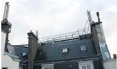 PARIS (VIe), SAMEDI. Pauline Jalil, qui porte plainte pour obtenir le retrait des trois antennes-relais qui font face à sa cuisine et des deux autres qui sont sur son toit, se plaint « de migraines et de pulsations sous les paupières ».  LP/DELPHINE G