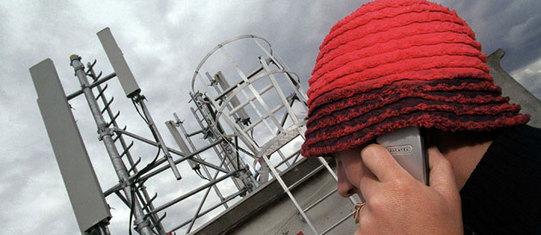 L'association Robin des Toits a déposé de nouvelles plaintes contre les opérateurs mobiles pour faire déplacer des antennes-relais © RACKAM /WPA/SIPA