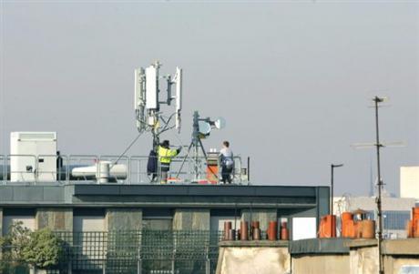 Mise en place d'antennes-relais, le 13 mars 2007 sur un toit de Paris/Jacques Demarthon AFP/Archives
