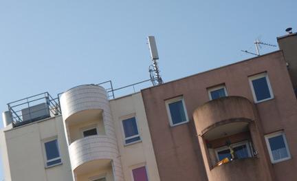 Antennes relais de trois opérateurs français sur un toit de HLM. DR