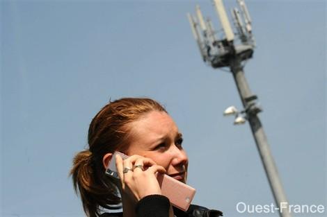 Pour l'Agence de sécurité sanitaire, il faut privilégier une baisse des expositions au téléphone portable, mais pas aux ondes des antennes-relais.
