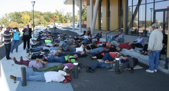 Les opposants au compteur linky allongés mais toujours mobilisés, cette fois devant le siège d'Enedis à Albi.