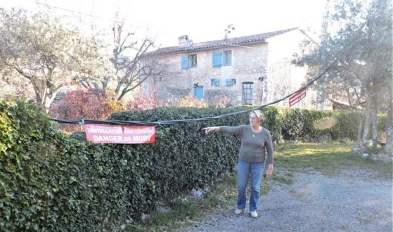Les câbles courent depuis l'entrée de la propriété. Photo C.G.