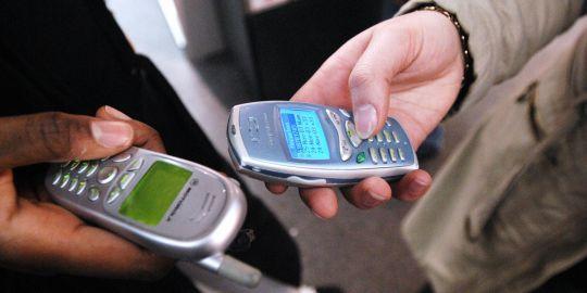 """L'agence de recherche sur le cancer de l'Organisation mondiale de la santé (OMS) a indiqué, mardi 31 mai, que l'usage des téléphones portables devait être considéré comme """"peut-être cancérogène pour l'homme"""".AFP/JEAN AYISSI"""