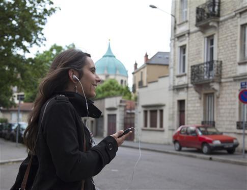 L'utilisation du portable avec un kit mains libres pour les appels fait baisser le risque d'exposition de 10 fois. Photo Julien Dromas