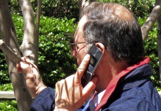 L'usage intensif du mobile pour téléphoner accroît peut-être les risques de cancert du cerveau, indique l'OMS. REUTERS/Fred Prouser