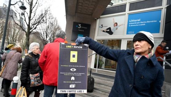 Rassemblement organisé par AlterOndes 35 pour la reconnaissance de l'électro-hypersensibilité à Rennes ce mardi matin devant les bureaux de France 3. MARC OLLIVIER - OUEST-FRANCE