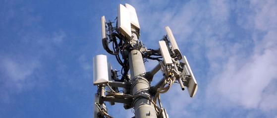 Face au projet d'installer une antenne Free sur le toit de leur immeuble, des habitants d'une résidence SHLMR à la Réunion s'assemblent et menacent de camper devant la résidence pour empêcher l'installation.