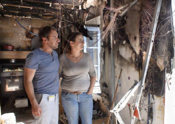 Damien et Camille Bonnet devant ce qui reste du compteur électrique. ©Crédit photo : Gilbert Habatjou