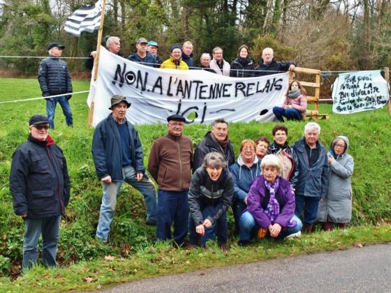Une délégation de plusieurs associations pour la préservation de la nature et de la biodiversité a manifesté sur le lieu d'implantation d'une future antenne téléphonique Free, sur la commune de Pluvigner.