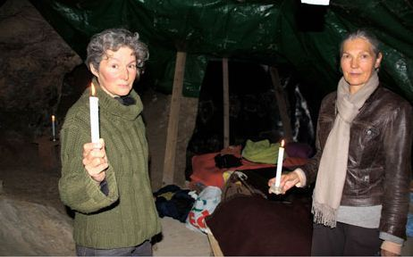 Anne Cautain, 55 ans, et Bernadette Touloumond, 66 ans, vivent dans une grotte des Hautes-Alpes pour fuir les ondes de toutes natures / RTL / Serge Pueyo