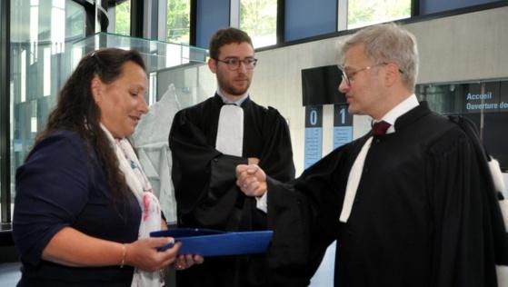Mes Christophe Léguevaques et David Nabet (au centre), les avocats des défendeurs, à la sortie de l'audience dans la salle des pas perdus du palais de justice de Foix. / Photo DDM, B.H.