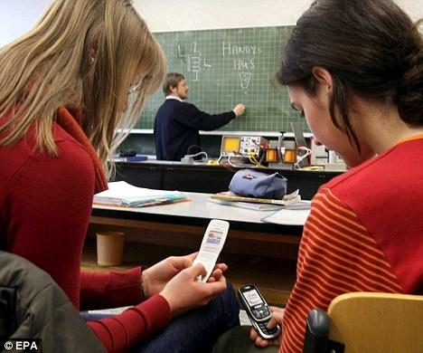 """""""Les téléphones portables : une « bombe à retardement sanitaire »: Plus de 200 études académiques mettent en lien l'usage du portable et des maladies graves"""" - MailOnline - 09/11/2011"""