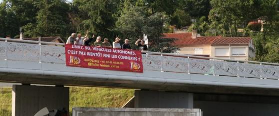 Une dizaine de manifestant a déployé des banderoles au-dessus de la rocade albigeoise mardi matin. Photo DDM, Anouk Passelac