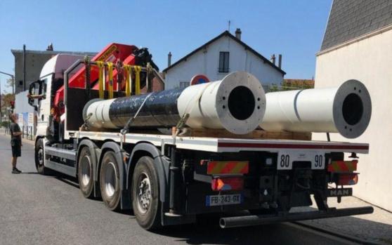 Champigny, lundi. Des riverains ont bloqué le camion transportant le pylône de l'antenne-relais.  DR