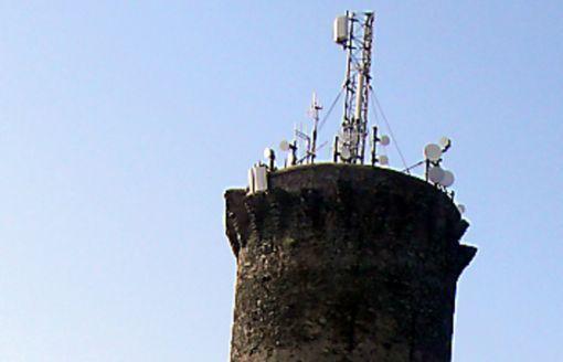 Deux des six sites qui vont être contrôlés sur le territoire : à Argelès à proximité du collège des Albères et à Port-Vendres la tour Madeloc.  © Photos V. P.