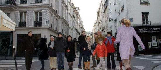 Rue lobineau (vie), hier, 8 heures. Les riverains se sont relayés toute la journée pour protester contre l'installation d'une antenne-relais de l'opérateur Bouygues sur le toit d'un immeuble, « à moins de dix mètres de la halte-garderie », dénoncent-ils. | (LP/CH.B.)