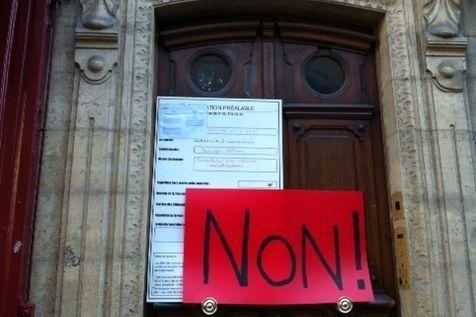 Les habitants du 5 rue Lobineau à Paris luttent contre l'installation d'antennes du réseau Bouygues Télécom. (Photo Libération)