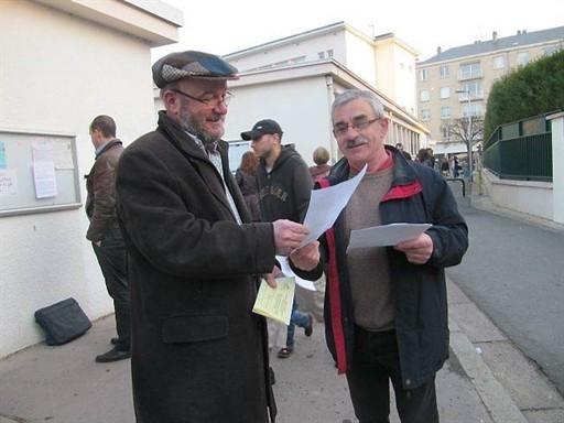 Une délégation de Modul'ondes a distribué des lettres d'information aux parents d'élèves de la Pigacière.