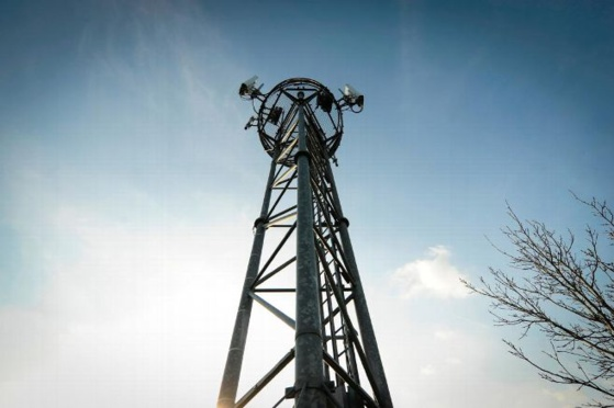 L'installation de nouvelles antennes relais répondait aux plaintes d'habitants du centre-ville de Saint-Julien-du-Sault quant à la qualité du réseau téléphonique. © Pierre DESTRADE