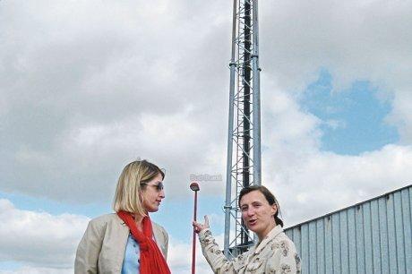 Sigrid Canova et Céline Ardouin au pied de l'antenne qu'elles voudraient voir disparaître au plus vite. (photo H. P.)
