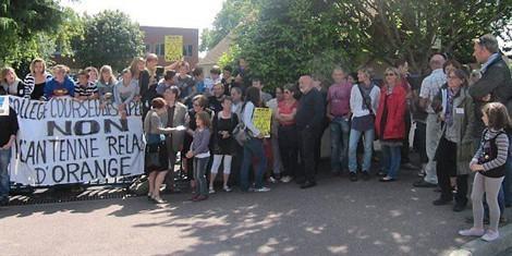 """Une antenne relais à 10 m du collège : les parents d'élèves contre - Courseulles-sur-Mer"" - Ouest France - 26/06/2012"