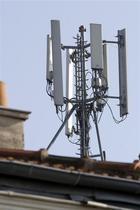 La Ville de Paris et les quatre opérateurs de téléphonie mobile français sont parvenus à un accord sur les antennes mobiles, ouvrant la voie au déploiement du très haut débit dans la capitale. /Photo d'archives/REUTERS/C harles Platiau