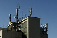 """""""La nouvelle charte parisienne des antennes-relais est déjà contestée"""" - 01Net - 19/09/2012"""