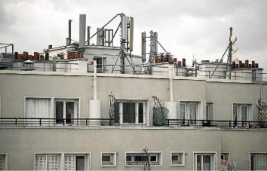 Les antennes-relais, nécessaires aux communications via mobiles, sont placées sur les toits. CAPMAN/SIPA
