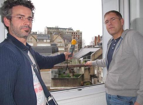 Des mesures ont relevé un niveau de champ électrique de 2,07 V/m dans la chambre d'Éric Laigle (à droite).