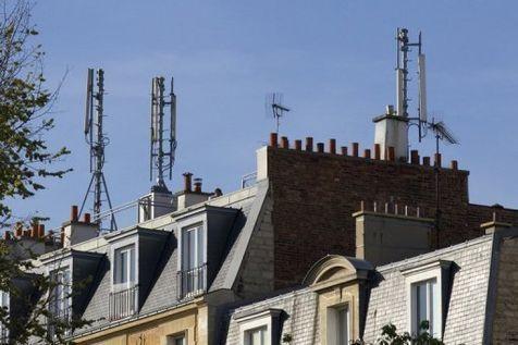 Des antennes relais pour télephones mobiles installées sur les toits de Paris, le 7 avril 2011. (Photo Jacques Demarthon. AFP)