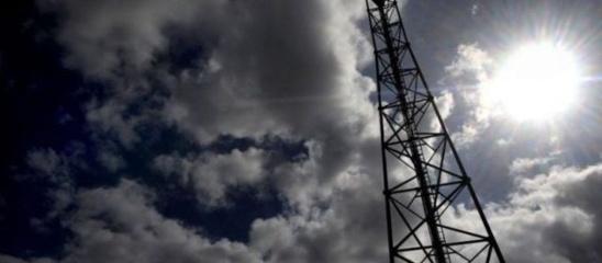 Des simulations sur la réduction possible de la puissance des antenne-relais a été rendu lundi aux ministères de l'Ecologie et de l'Economie numérique. | AFP/FRED TANNEAU