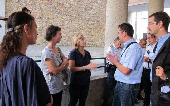 Rue Jean-Cottin (XVIIIe), hier. Les riverains, soutenus par Roxane Decorte (au centre), élue UMP du le XVIIIe et conseillère de Paris, ont empêché purement et simplement l'installation des antennes relais. (LP/C.B.)