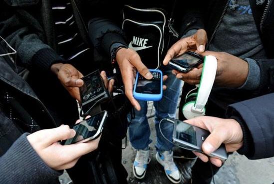 Des jeunes utilisent leur téléphone portable DURAND FLORENCE/SIPA