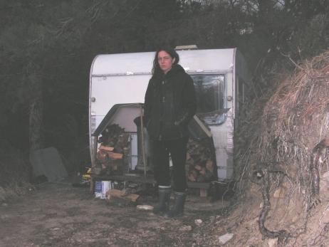 Emma, électro sensible doit vivre dans une caravane perdue dans les bois et la montagne © Une terre pour les EHS