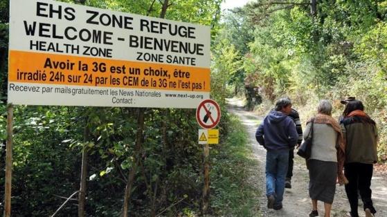 Des personnes pénètrent, le 2 octobre 2009, dans le premier refuge anti-ondes de France, près de Crest (Drôme). (PHILIPPE MERLE / AFP)
