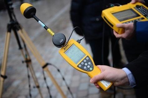 Mesures du champ électromagnétique et des ondes radiofréquence par des techniciens de l'ANF. (MARTIN BUREAU/AFP)