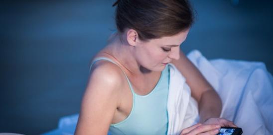 Utiliser son smartphone après 21 heures perturbe le sommeil et diminue la motivation au travail. GARO / Phanie