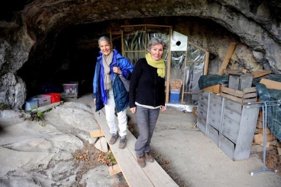 Deux femmes victimes d'électro-sensibilité réfugiées dans une grotte des Hautes-Alpes en Octobre 2011. Jean-Pierre Clatot / AFP