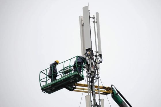 Deux opérateurs travaillent à la maintenance d'une antenne relais de téléphone. La Rochelle, décembre 2013.© Photo Archives Xavier Leoty
